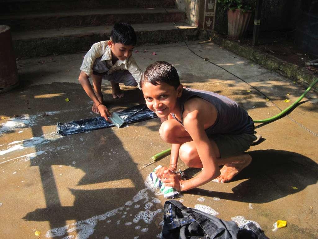 Kinder waschen ihre eigene Wäsche
