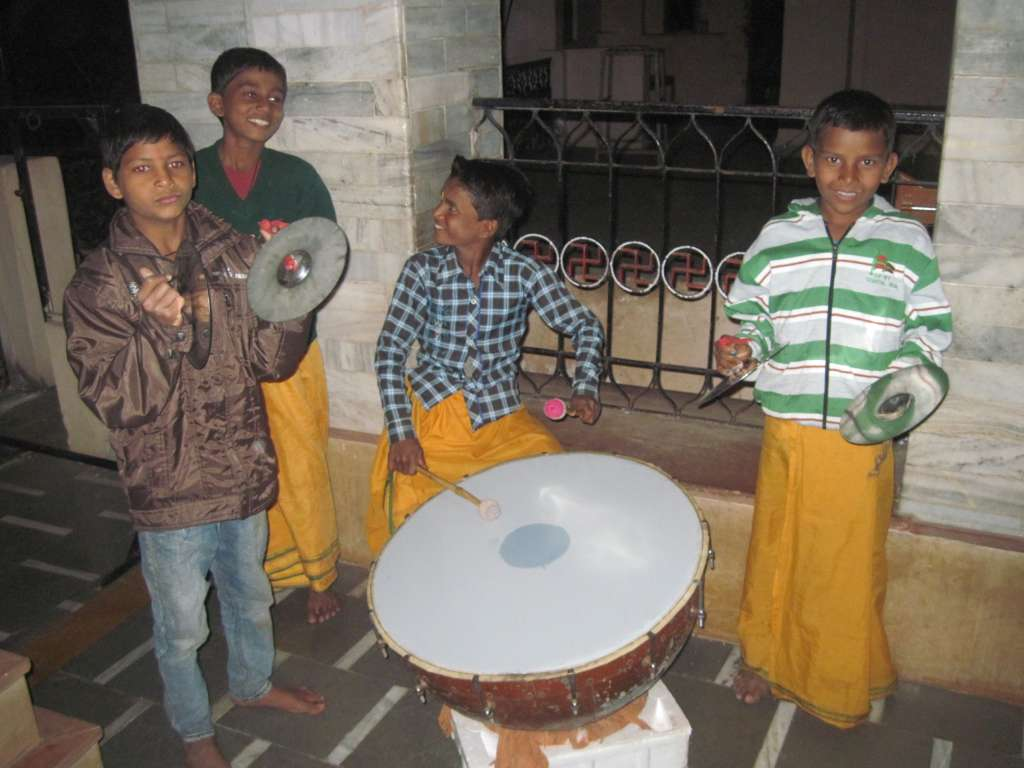 Musical accompaniment of the drumming children to the Arati