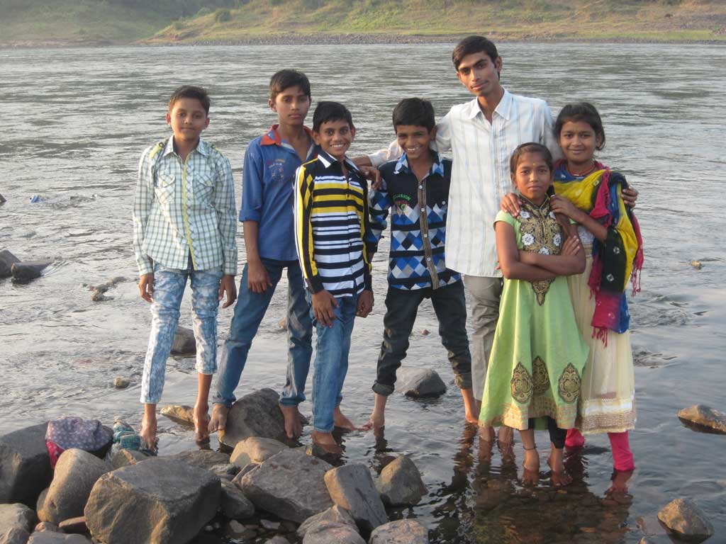 Cooling footbath, children and teachers in the river Narmada