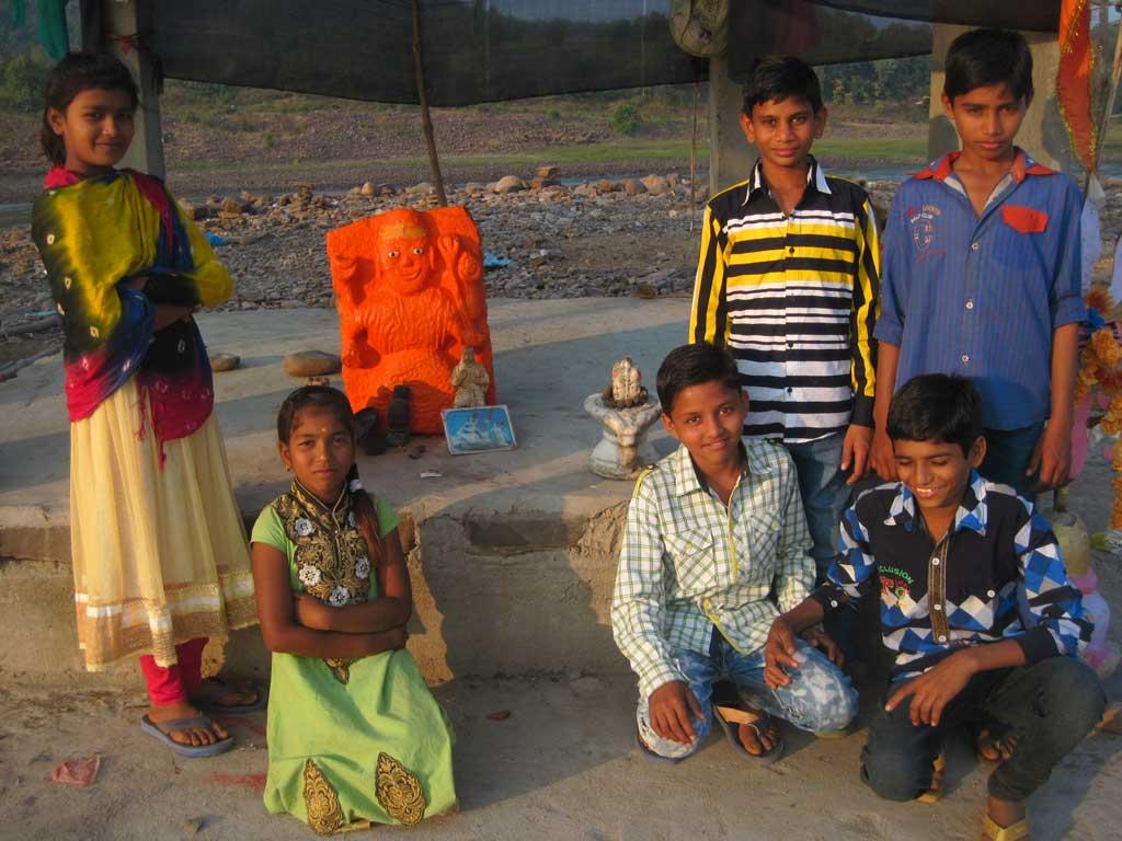 Schulkinder an einer Feuerstelle