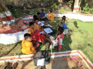 Hausaufgaben machen im Ashram-Garten: gemeinsam gelingt's besser